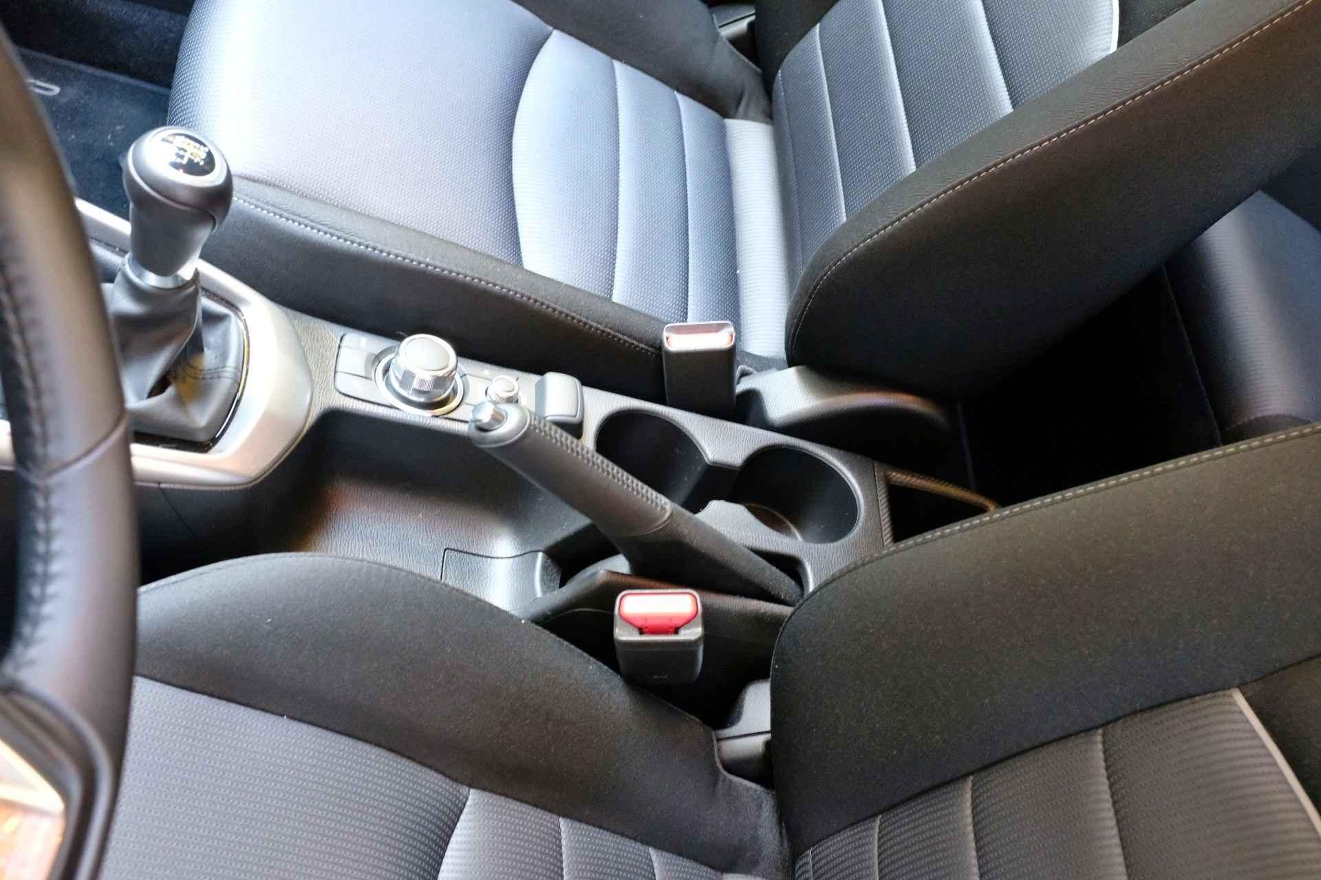 Interiér a budíky nové Mazdy CX-3
