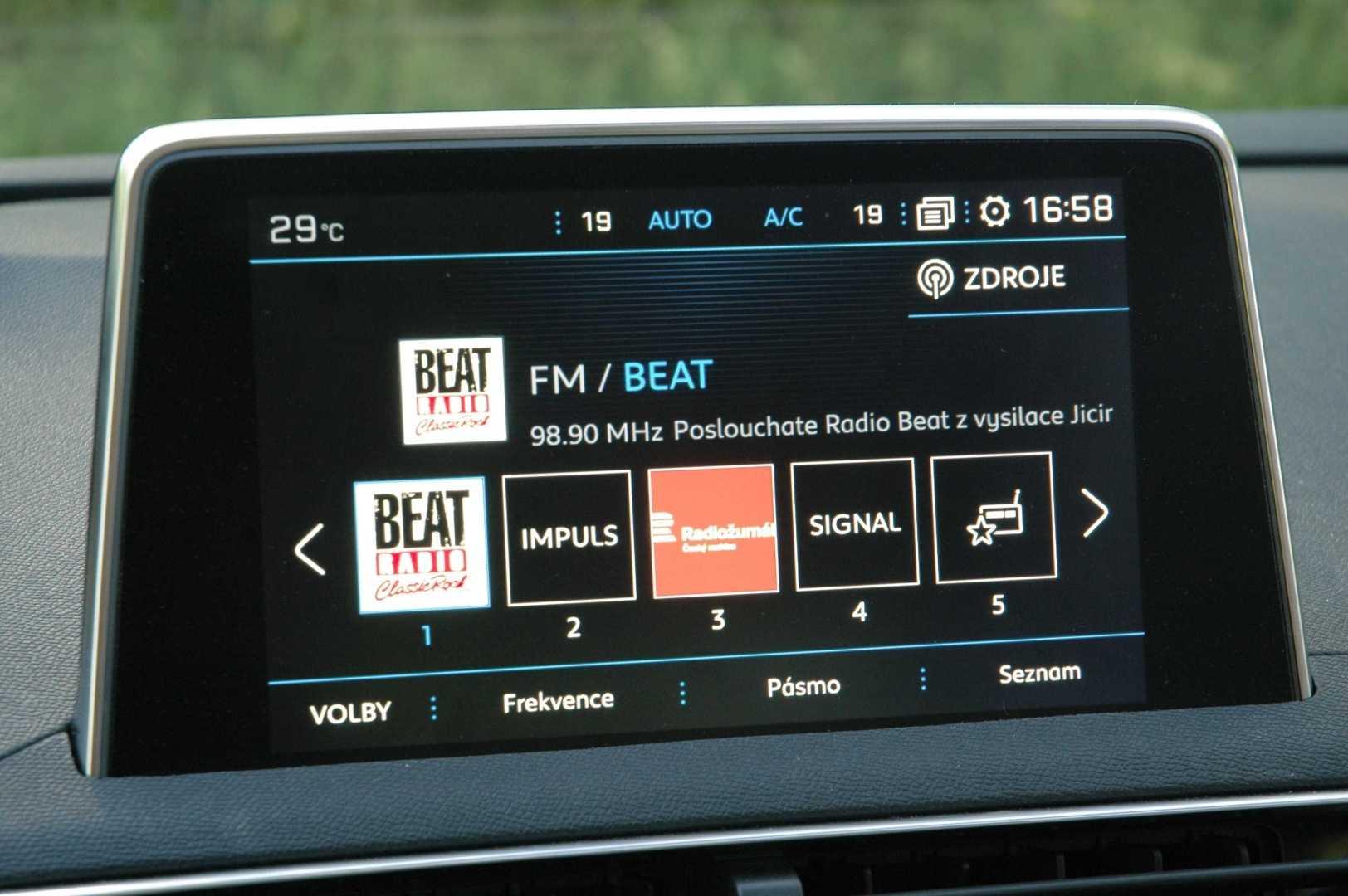 Infotainment Peugeotu 3008 určitě neurazí, ale ani nenadchne. Naleznete tu však i takové vymoženosti, jako je Android Auto.