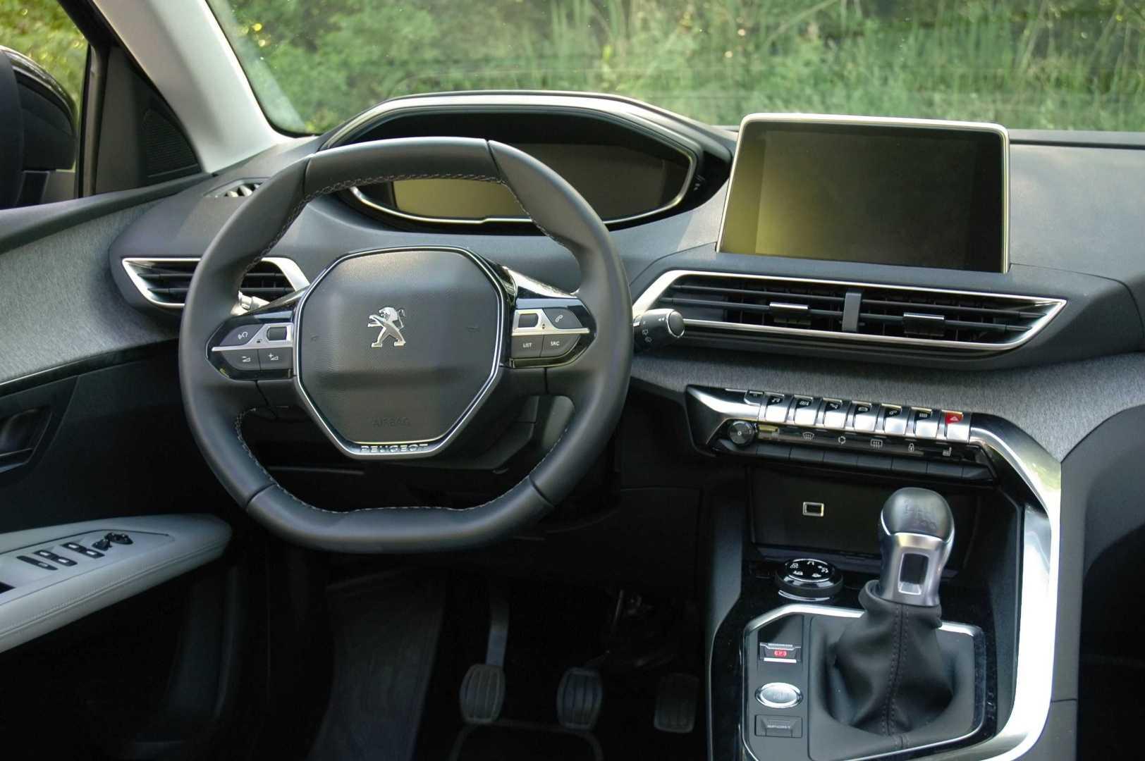 Interiér je neotřelý a typicky extravagantní ve stylu Peugeotu.